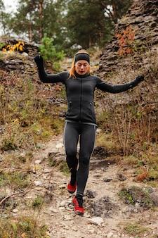 Vista baja de entrenamiento al aire libre corriendo