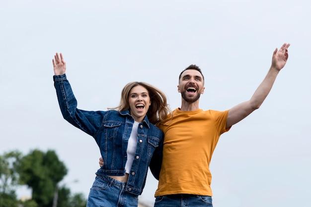 Vista baja feliz pareja sosteniendo juntos