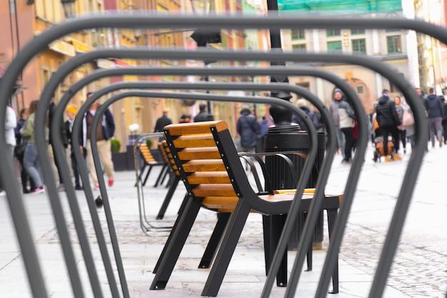 Vista del banco en el centro europeo de gdansk, polonia, ver estacionamiento de bicicletas a través de