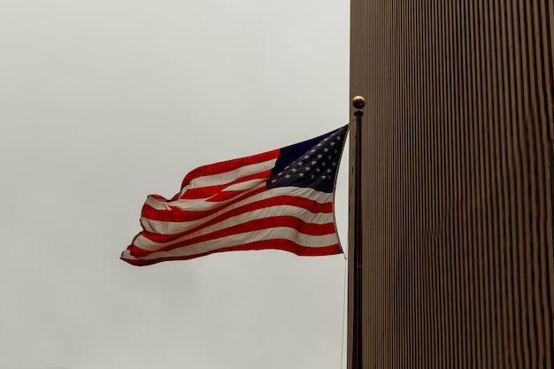 Vista de la bandera estadounidense sobre fondo azul edificio