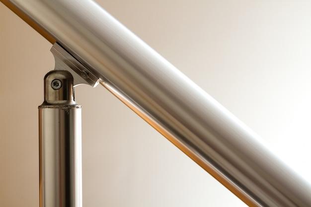 Vista de la barandilla de la escalera de aluminio y elemento de unión