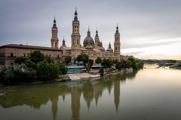 Vista de la basílica del pilar y el río ebro, zaragoza, españa