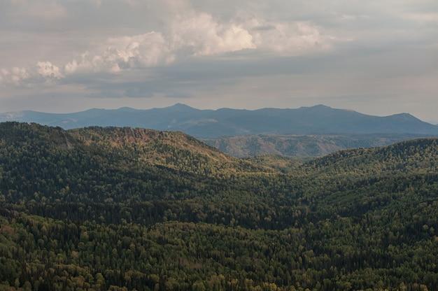 Vista de la belleza en las montañas de altai