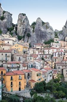 Vista de un bello y pintoresco pueblo entre montañas. castelmezzano, italia.