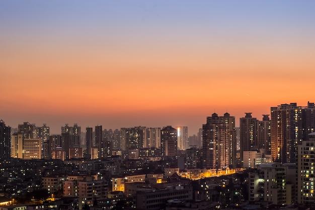 Vista bonita de la ciudad en el crepúsculo