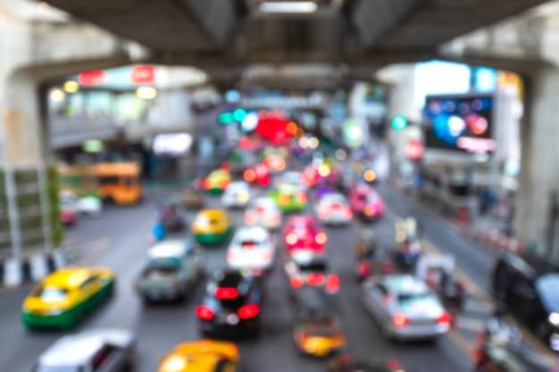 Vista borrosa del atasco de transporte en la calle de la ciudad durante el fondo de la hora pico