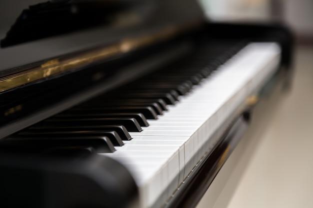 Vista borrosa de las teclas de un piano