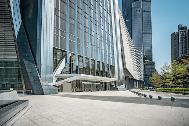 Vista de la calle de edificios de oficinas modernos urbanos