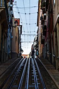 Vista de la calle famosa del elevador de bica para los tranvías eléctricos amarillos, situados en lisboa, portugal.