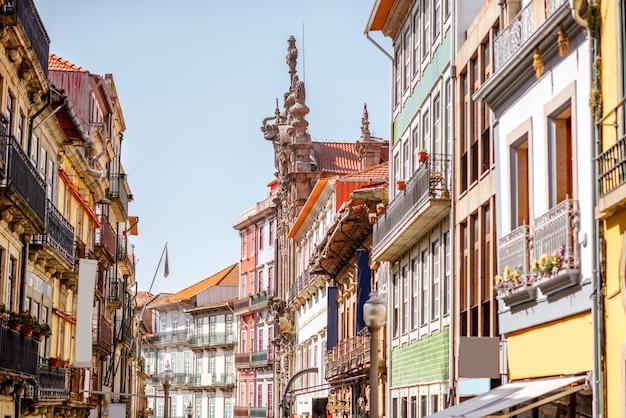 Vista de la calle de los hermosos edificios antiguos con azulejos portugueses en las fachadas de la ciudad de oporto, portugal