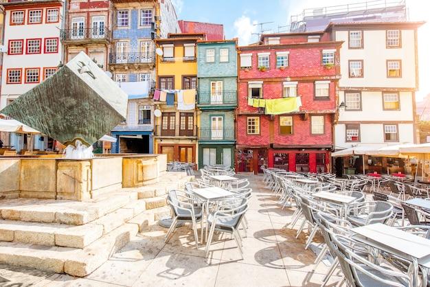 Vista de la calle de los hermosos edificios antiguos con azulejos portugueses en la plaza ribeira en la ciudad de porto, portugal