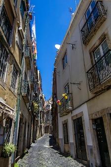 Vista de una calle típica del centro de la ciudad de lisboa, portugal.