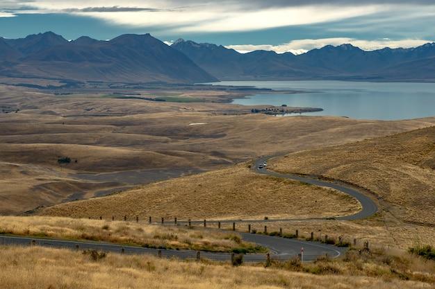 Vista del camino al lago tekapo en nueva zelanda.