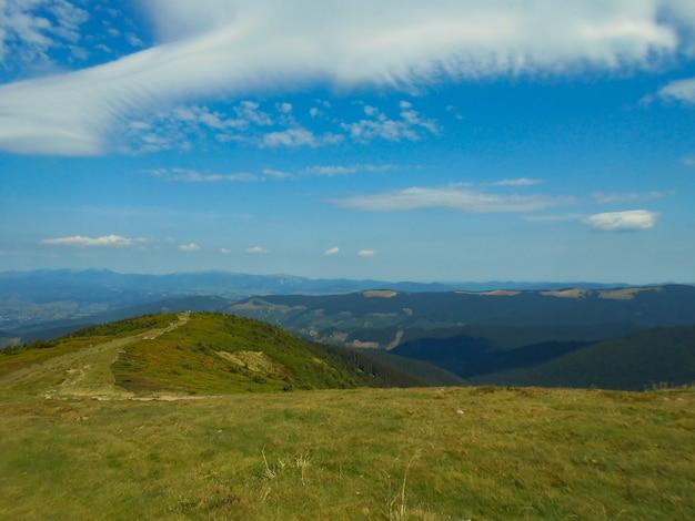 Vista desde el camino de los cárpatos hasta la cima de la goverla.