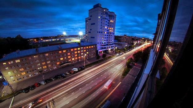 Vista del camino nocturno desde la ventana