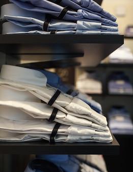 Vista de camisas masculinas