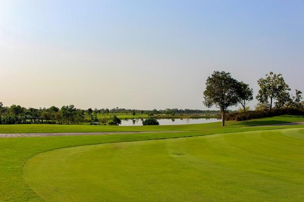 Vista del campo de golf en el club deportivo con fondo de cielo azul.