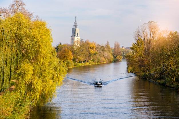 Vista del canal en otoño