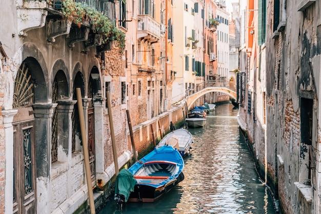 Vista del canal de venecia en el verano con barcos.