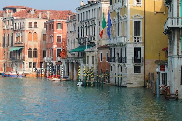 Una vista del canal de venecia