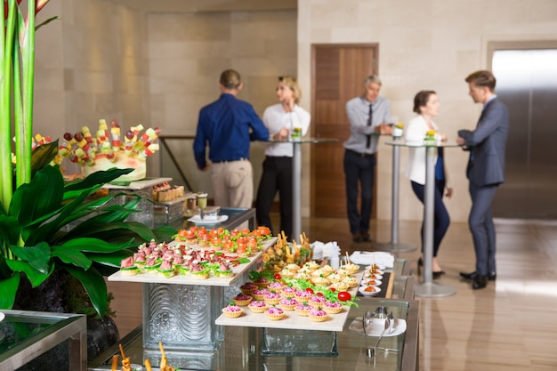 Vista de canapés y tartaletas sobre mesa buffet