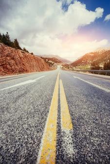 Vista de una carretera de asfalto que video a las montañas