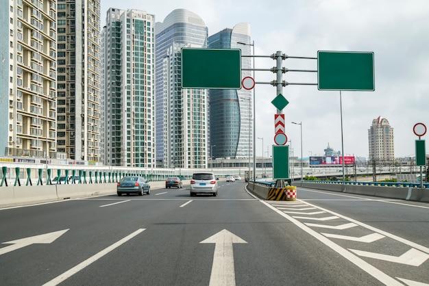 Vista de carretera y ciudad