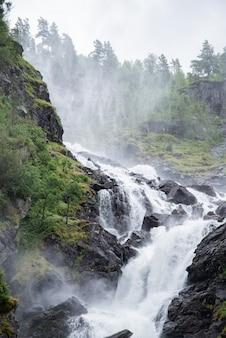Vista de las cascadas de latefossen, odda, noruega