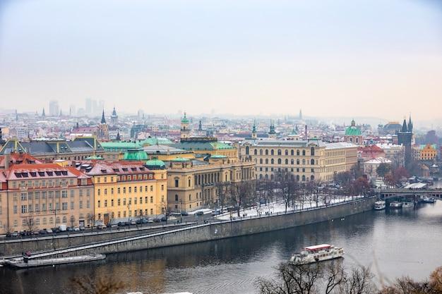Vista del casco antiguo de la ciudad de praga en un día nevoso de niebla en el invierno, república checa