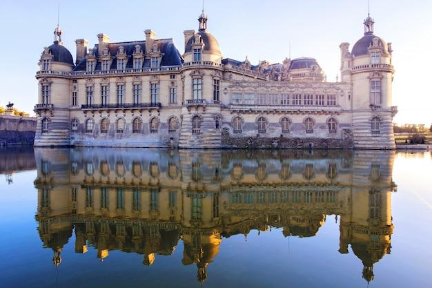 Vista del castillo de chantilly en francia