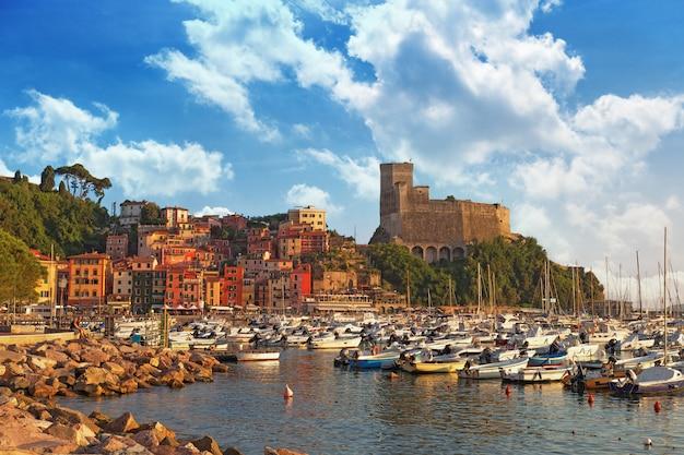 Vista del castillo de lerici y el golfo de lerici. colorido edificio en el puerto. hermosa pequeña ciudad de lerici, italia, liguria. bahía del poeta al atardecer.