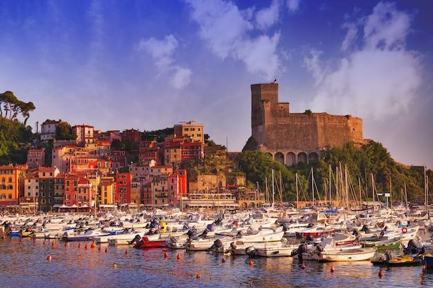 Vista del castillo de lerici y el golfo de lerici. hermosa pequeña ciudad de lerici, italia, liguria. bahía del poeta al atardecer.