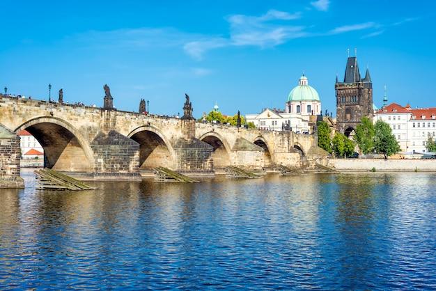 Vista del castillo de praga y el puente de carlos sobre el río moldava, república checa