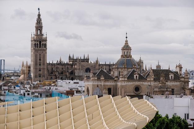 Vista de la catedral y la giralda. sevilla, españa.