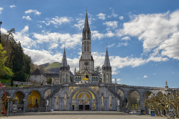 Vista de la catedral de lourdes, francia