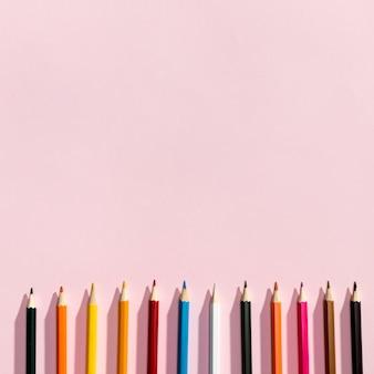 Vista cenital de lápices con copyspace