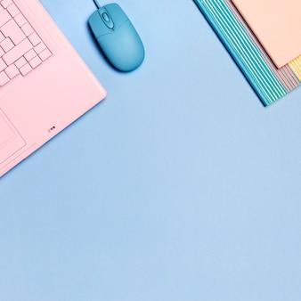 Vista cenital de teclado rosa con copyspace