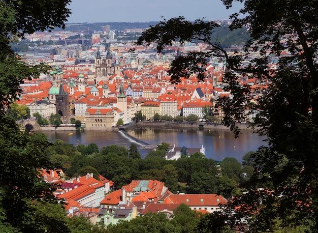 Vista del centro de la ciudad de praga y el río moldava