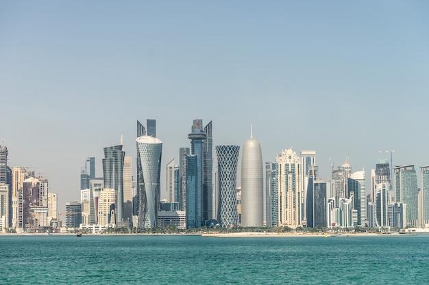 Vista del centro de la ciudad con rascacielos desde el otro lado del mar en doha