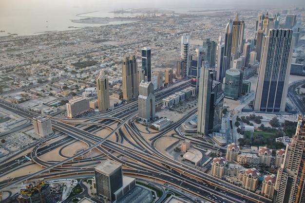 Vista del centro de dubai desde burj khalifa