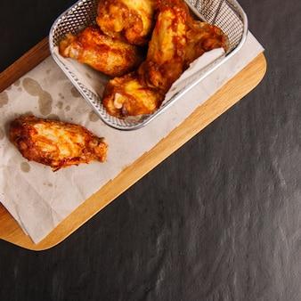 Vista de cerca de alitas de pollo