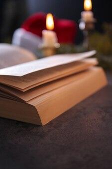 Vista de cerca de la biblia abierta en la mesa