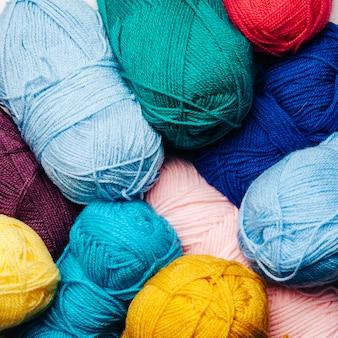 Vista de cerca de bolas de lana en diferentes colores