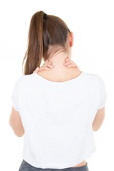 Vista de cerca cansado delgado joven mujer masajeando su cuello