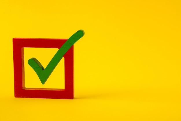 Vista de cerca del cliente de casilla de verificación de respuesta positiva votando por el mejor servicio