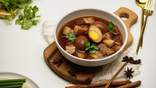 Vista de cerca de la comida tailandesa marrón dulce huevos guisados sopa kai palo