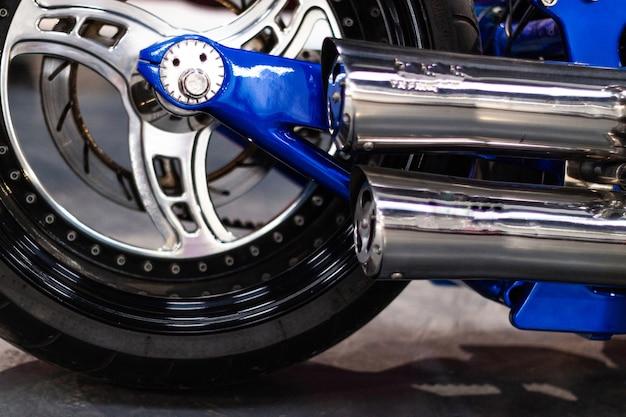 Vista de cerca del disco de freno, ruedas y neumáticos de una motocicleta