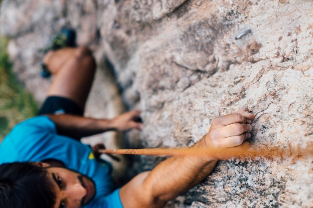 Vista de cerca de escalador en roca