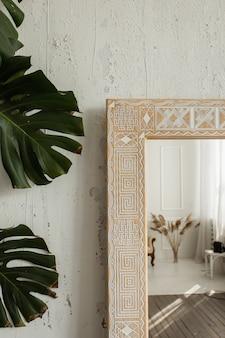 Vista de cerca de la esquina de un intrincado espejo de diseño clásico