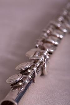 Vista de cerca de flauta de metal